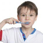Junge putzt Zähne