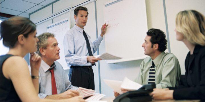 Leute im Büro bei Besprechung