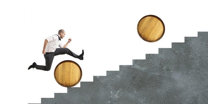 Mann springt über Hindernisse