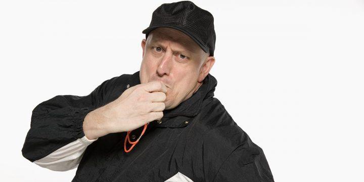 Mann mit Trillerpfeife