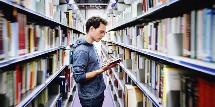 Mann in Bücherei