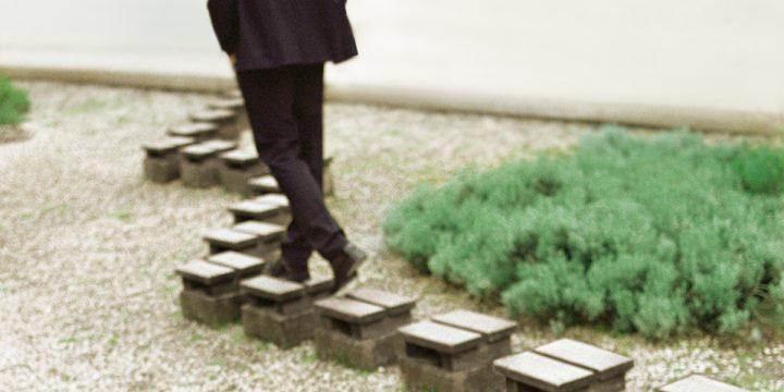 Mann geht und steigt über Steine