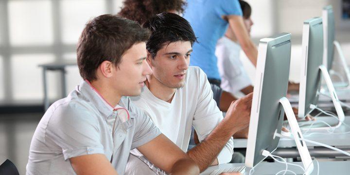 Zwei Männer schauen in ein Computer