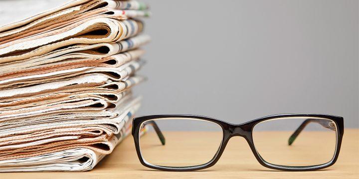 Brille und Zeitungen