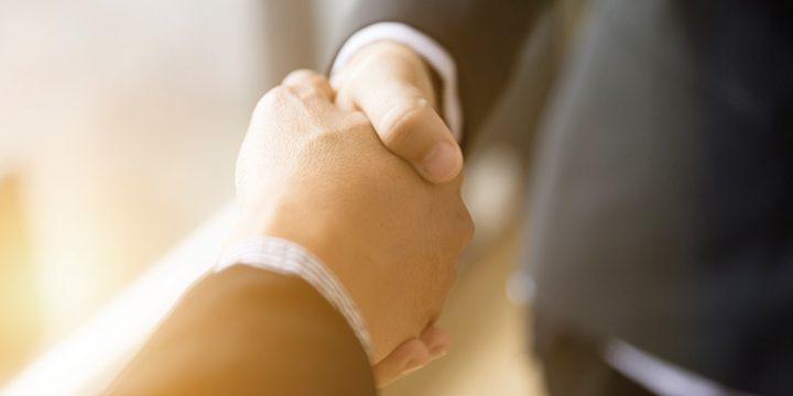 Geschäftsmänner schütteln sich die Hände