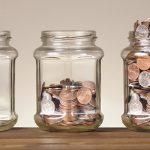 Münzen in Gläsern