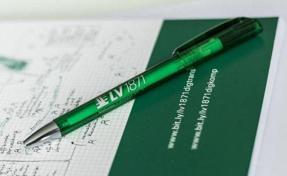 Ein grüner Kugelschreiber von LV 1871