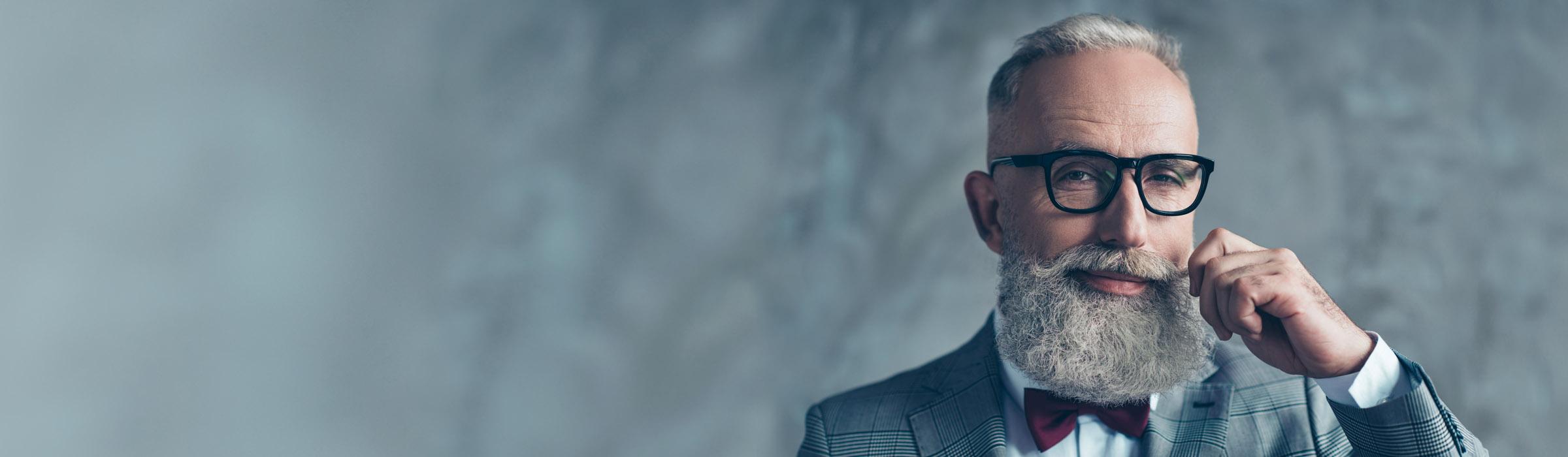 Älterer Mann mit Bart und Brille