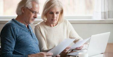 Älteres Paar schaut sich Dokumente an