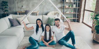 Familie unter schützendem Dach