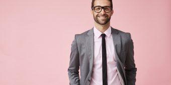 Cooler Mann im Anzug mit Brille