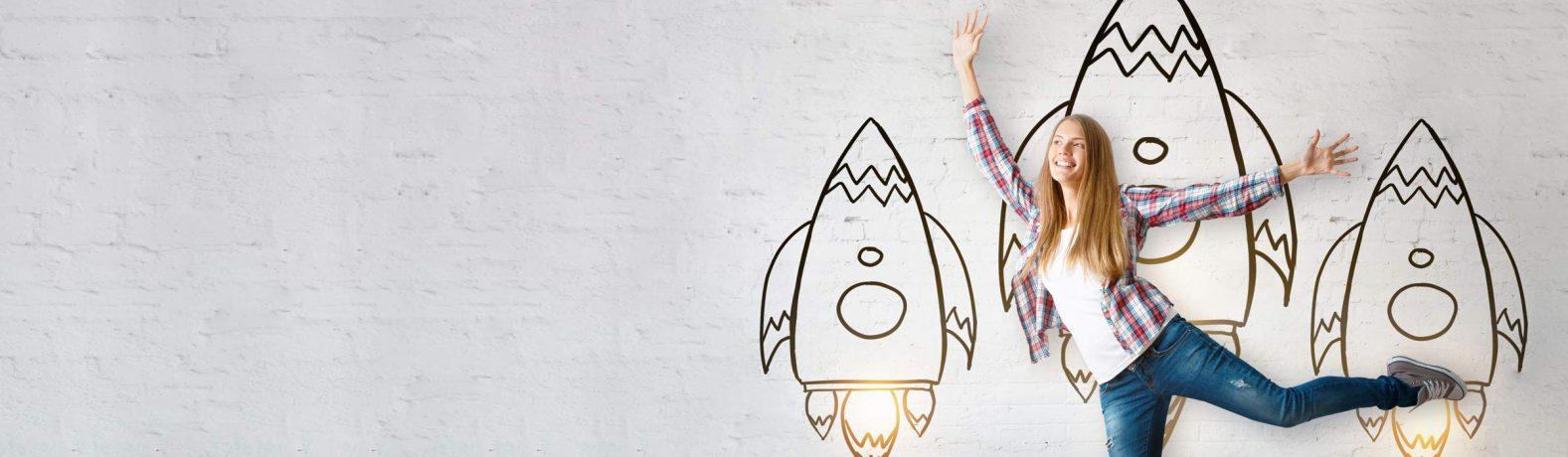 Frau vor einer Wand mit drei Raketen