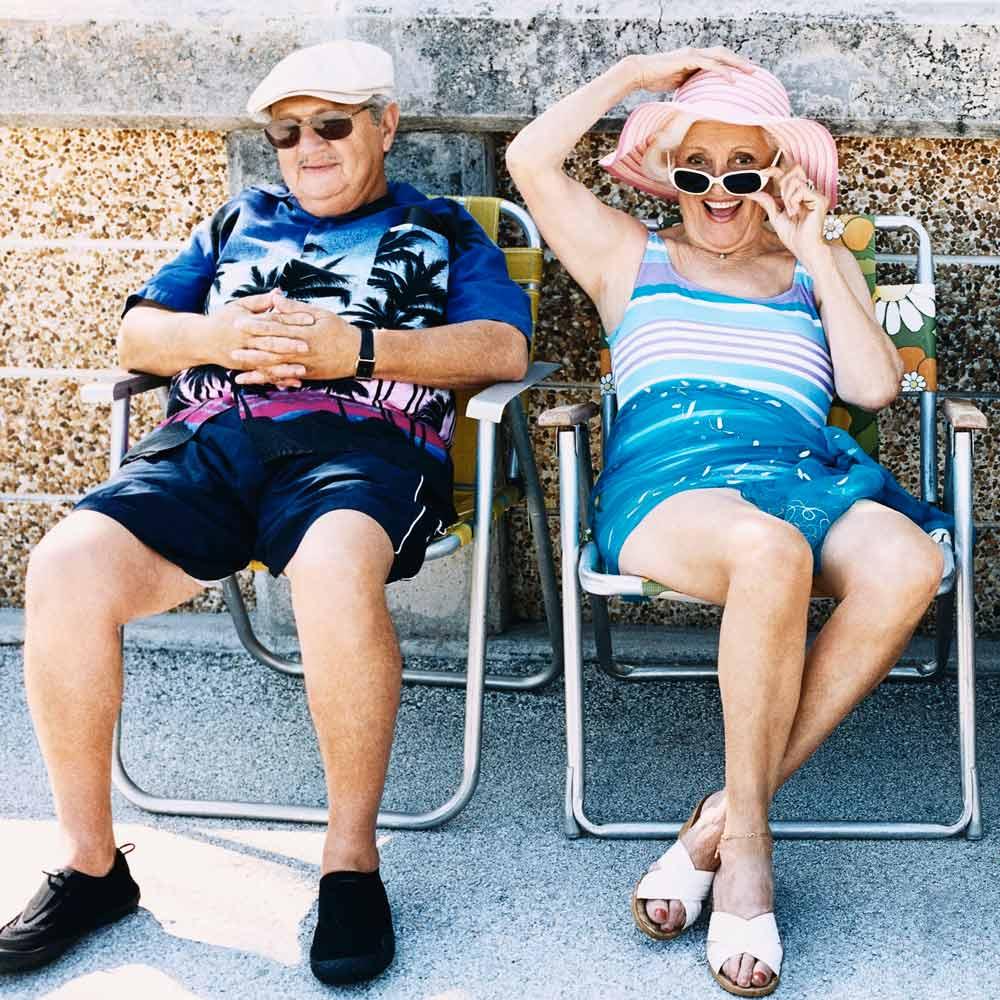 Rentner und Rentnerin sitzen auf ihren Stühlen