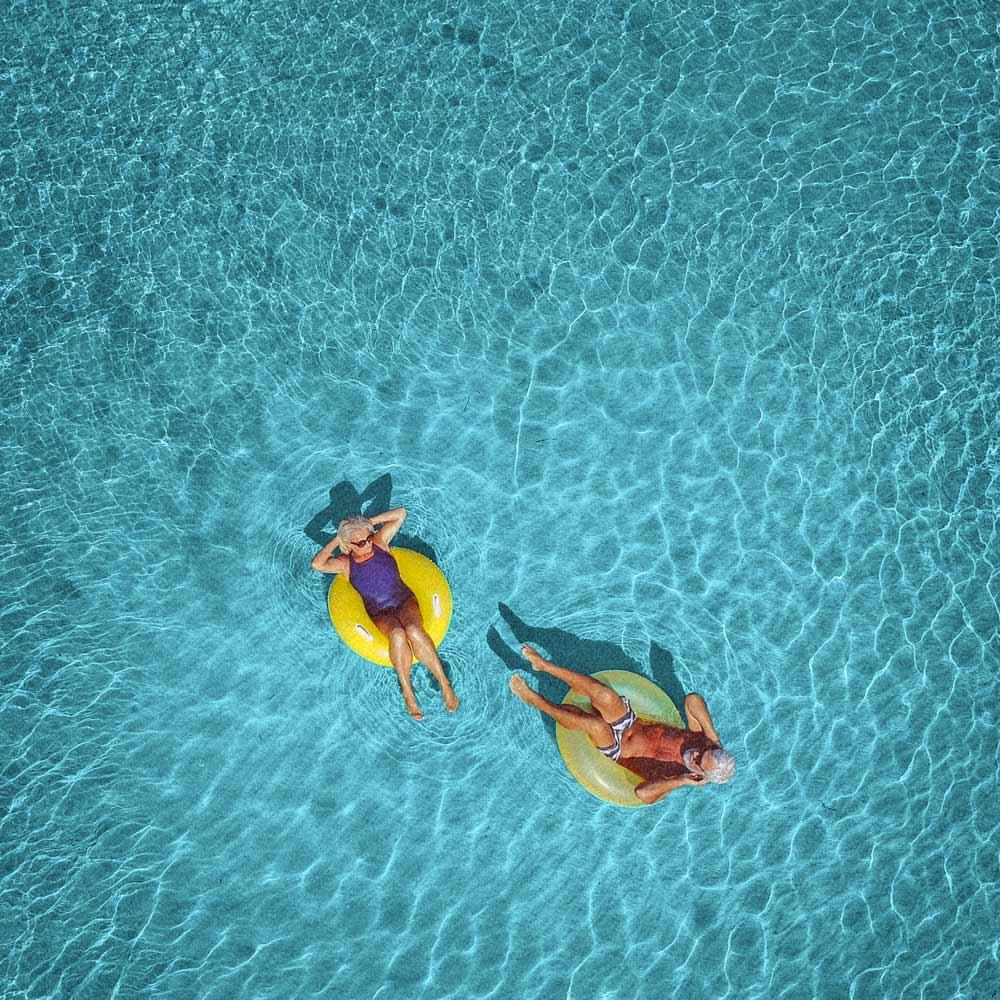 Rentnerin und Rentner im Pool