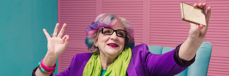 Stylishe Rentnerin macht ein Selfie