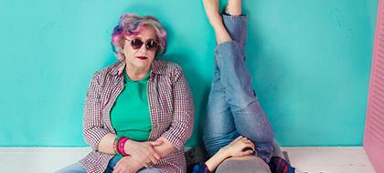 Coole Oma mit Sonnenbrille und buten Haaren
