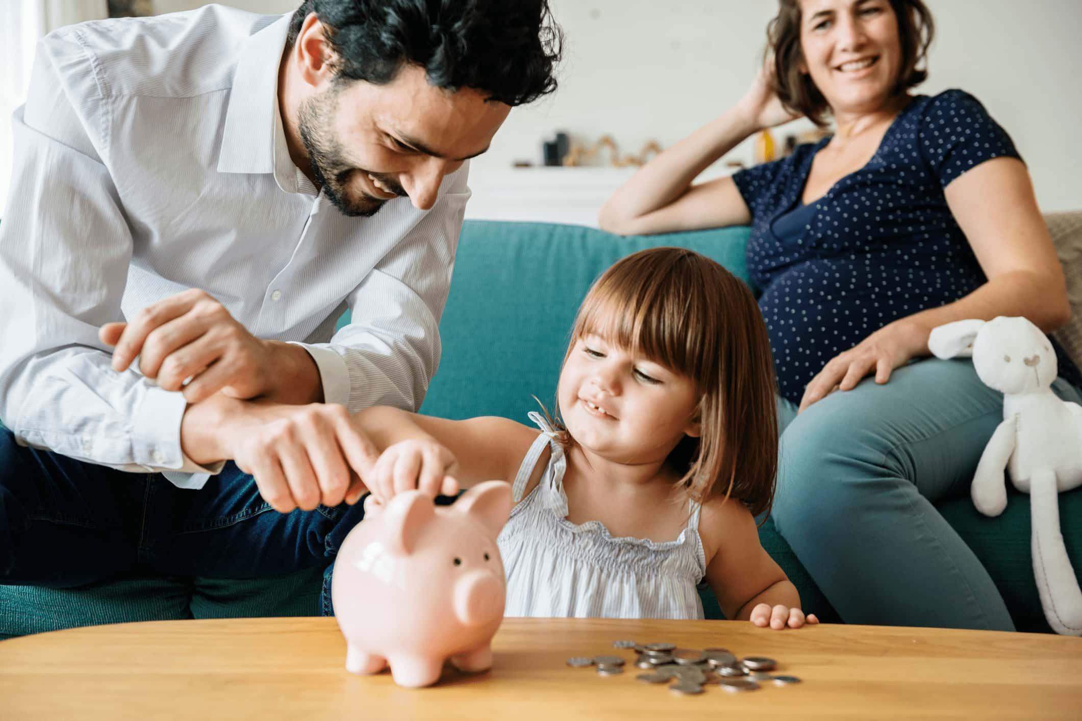 Familie spart Geld im Sparschwein