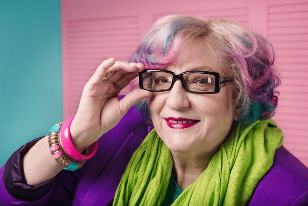 Stylishe Rentnerin mit Brille