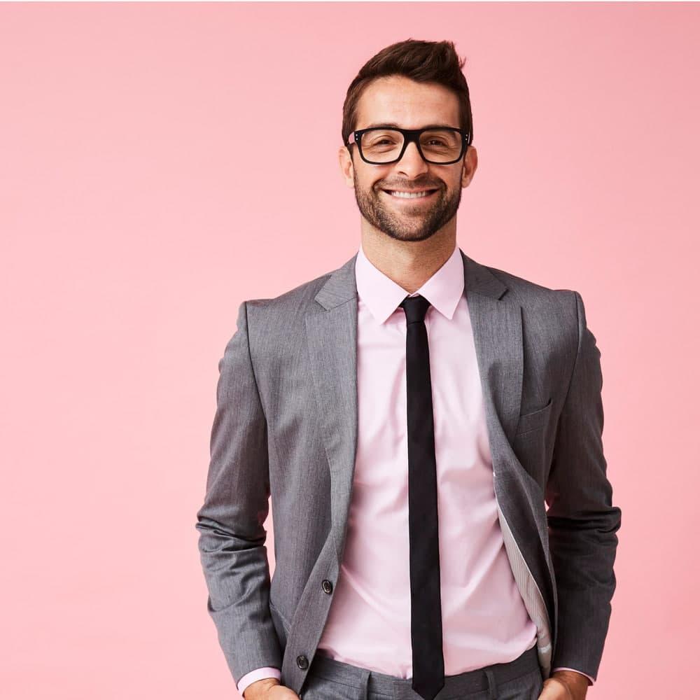 Junger Mann in Anzug und Krawatte