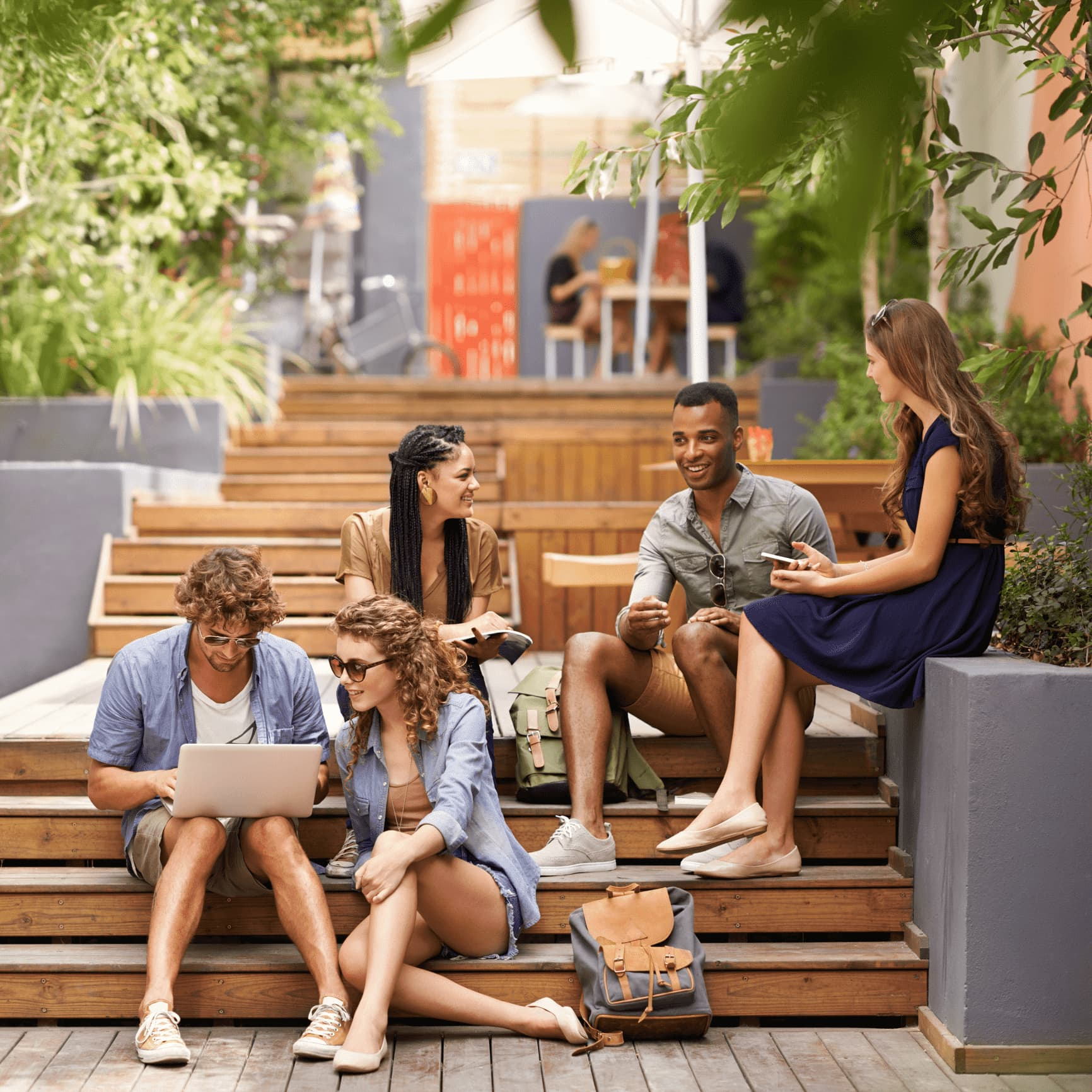 Studenten sitzen auf einer Treppe