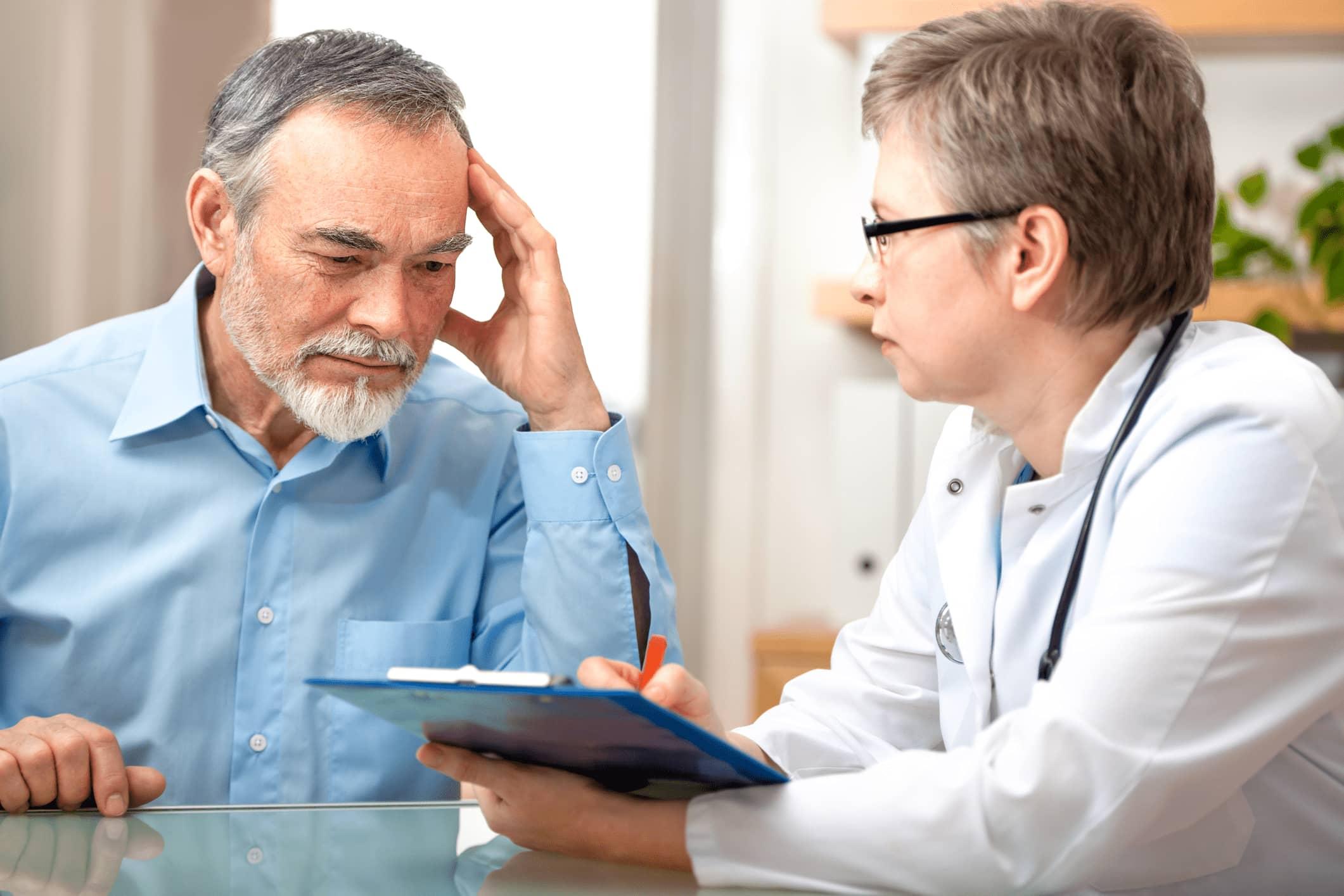Patient und Ärztin gehen Fragebogen durch