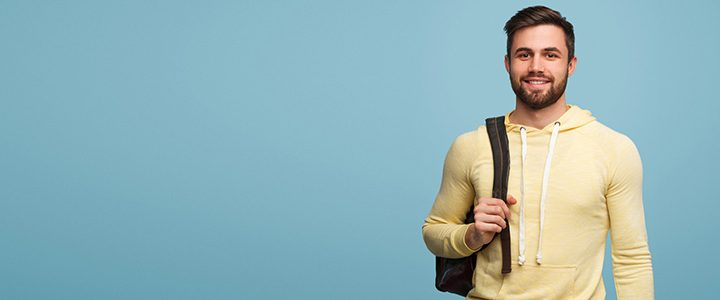 Junger Mann mit Rucksack auf der Schulter