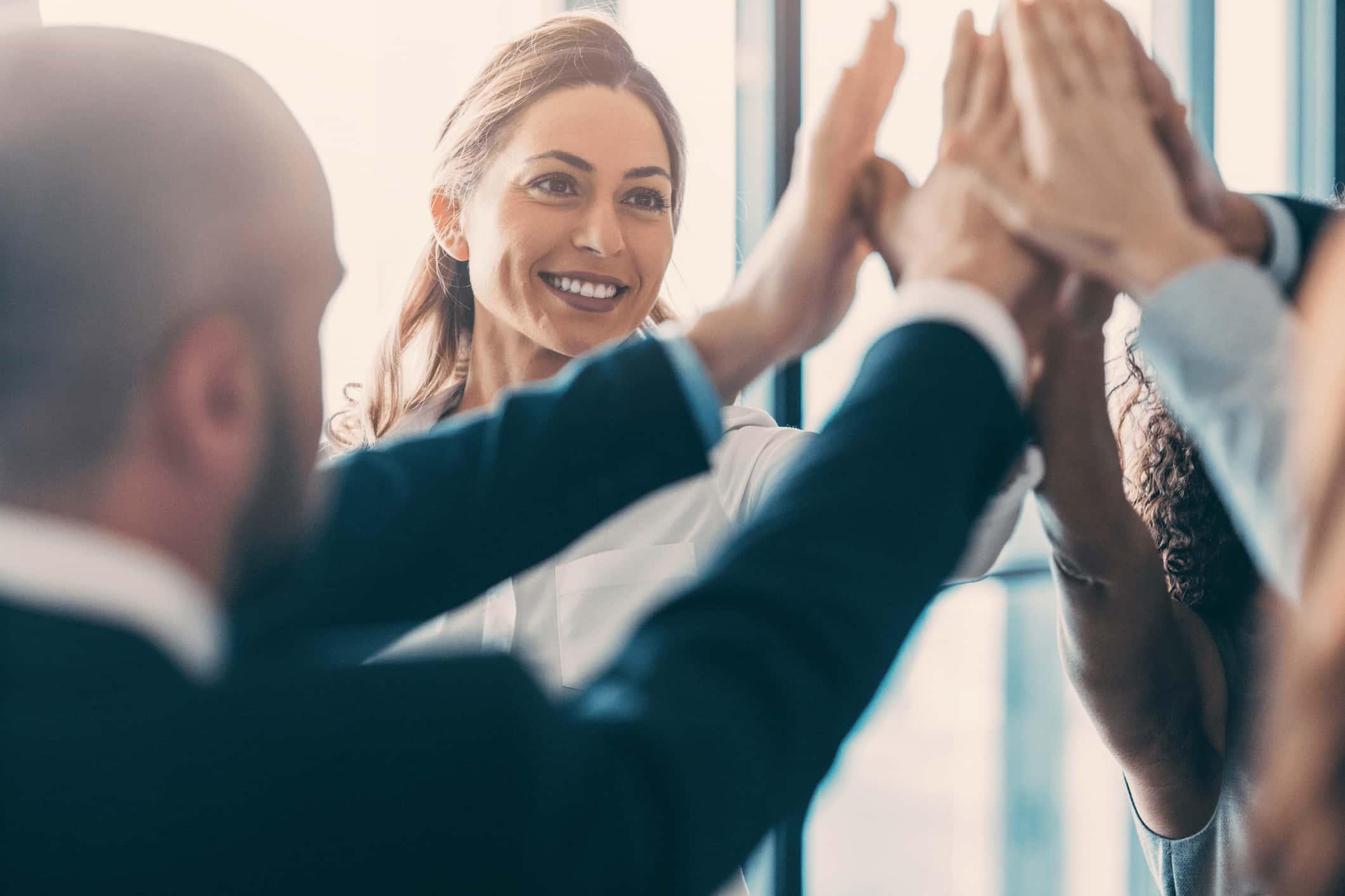 Erfolgreiche Menschen klatschen in die Hände