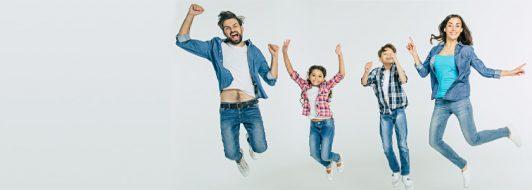 Familie springt in die Luft