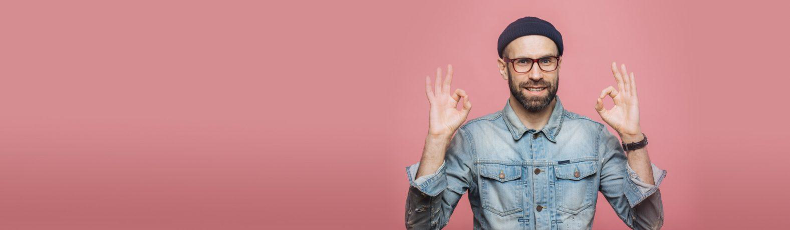 Mann mit Brille und Mütze