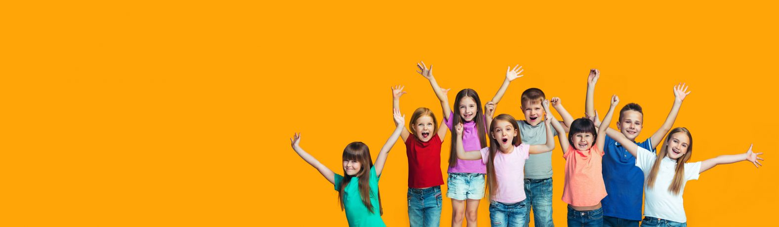Kinder heben die Hände in die Luft