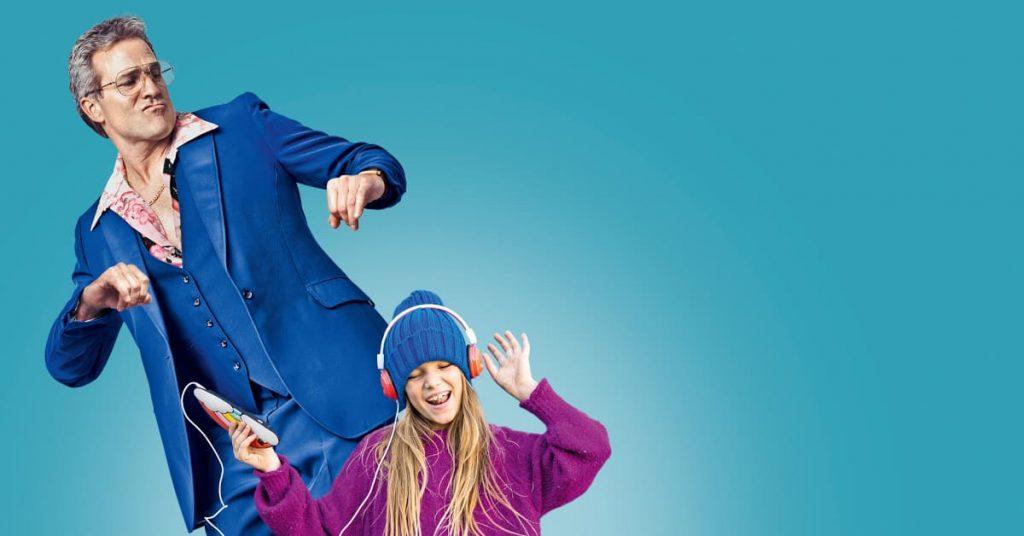 Rocker im Anzug mit Mädchen mit Kopfhörer