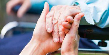 Jüngere Hände halten ältere Hand