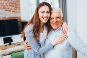 Junge Frau umarmt Vater