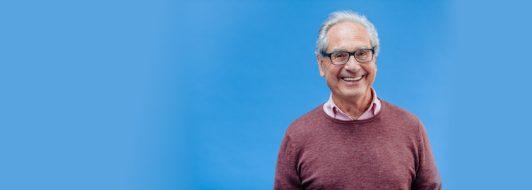 Rentner mit Brille lächelt