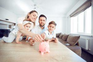 Familie spart Geld mit einem Sparschwein