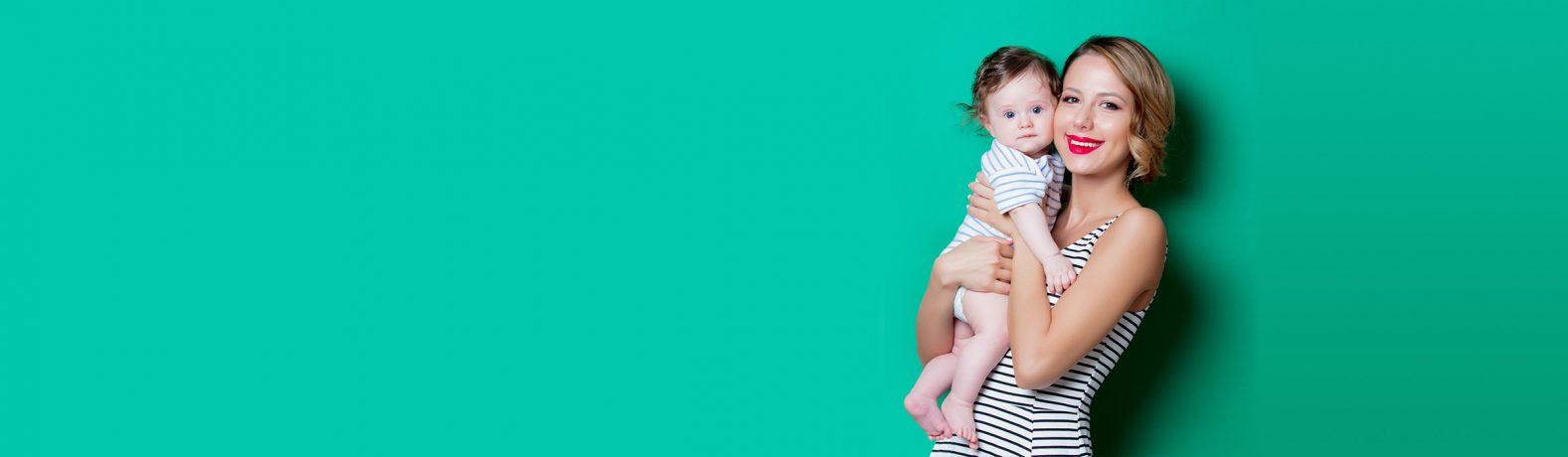 Junge Frau hält Baby im Arm