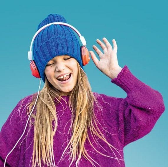Mädchen mit Mütze und Kopfhörer