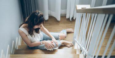 Junge Frau verletzt auf Treppe