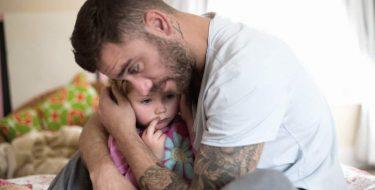 Vater tröstet Tochter