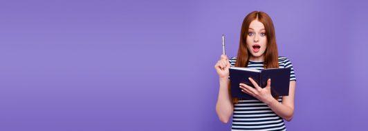Junge Frau mit Block und Stift