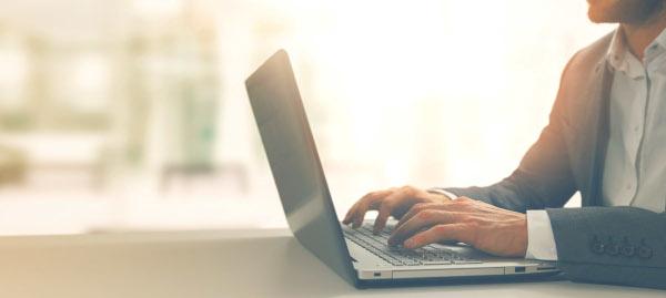 Junger Geschäftsmann arbeitet am Laptop im Homeoffice