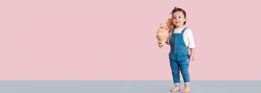 Kleines Mädchen mit Kuscheltier im Arm