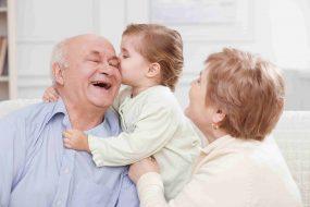 Großeltern mit Enkeltochter