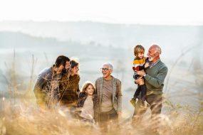 Großeltern, Elten und Enkelkinder in der Natur