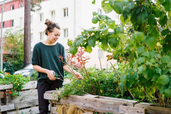 Junge Frau mit grünen Daumen