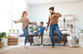 Paten tanzen im Wohnzimmer mit Patenkind