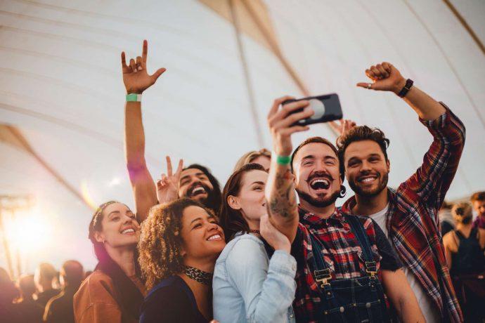 Gruppe junger Leute auf ein Festival