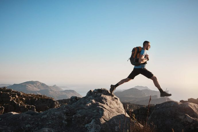 Wanderer steigt über zwei Berge