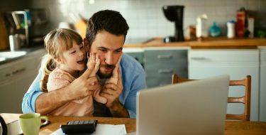 Vater spielt mit Tochter