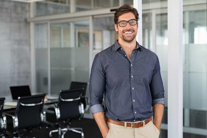 Erfolgreicher Geschäftsmann lächelnd im Besprechungsraum